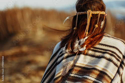 Photo back of native indian american woman walking in mountains in eve