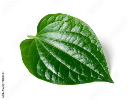 Photo Green betel leaf heart shape isolated on white