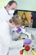 Gentechniker untersuchen Genfood Mais im Labor