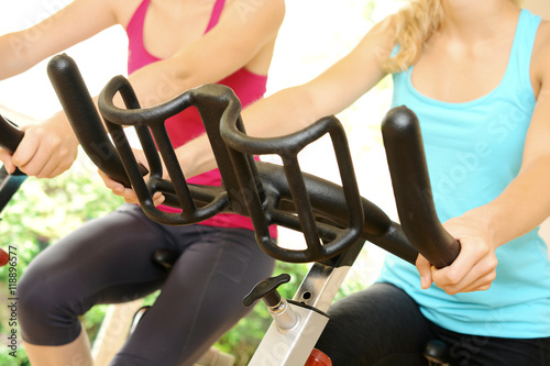 Fotografie, Obraz  Frauen beim Spinning auf Fitness Bike im Fitnessstudio