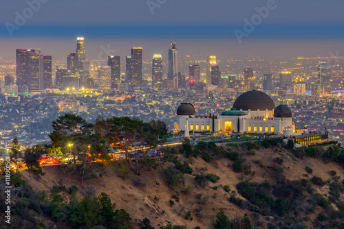 Photo The Griffith Observatory and Los Angeles city skyline at twilight time