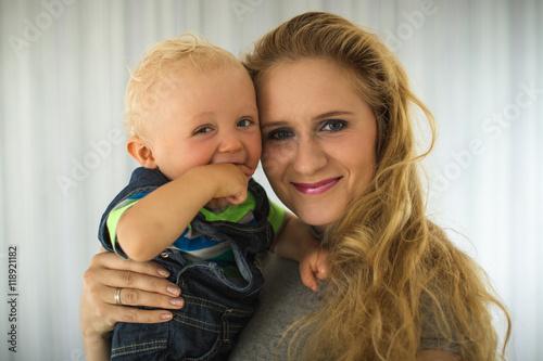 Foto  Süßes Baby mit seiner Mama