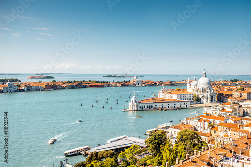Photo  Aerial cityscape view on Venice old town with Santa Maria basilica at the sunny