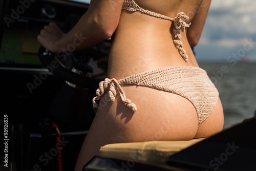 Obraz Pośladki motorówka strój kąpielowy cellulit - fototapety do salonu