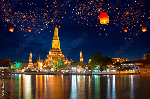 Photo Stands Bangkok Wat arun with krathong lantern, Bangkok Thailand