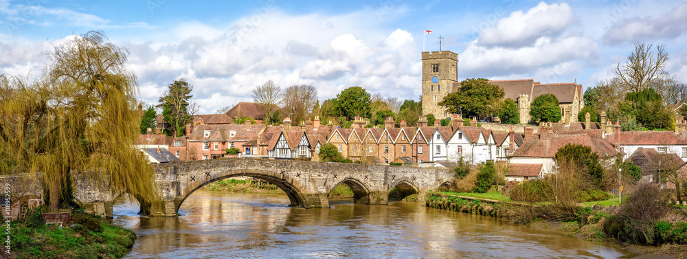 Fototapeta Rural Kent. Panoramic view of Aylesford village in Kent, England with medieval bridge and church.
