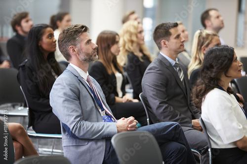 Foto  Publikum, das Lautsprecher auf Konferenz-Darstellung hört