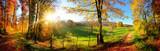 Zauberhafte Landschaft im Herbst: sonniges Panorama von ländlicher Idylle