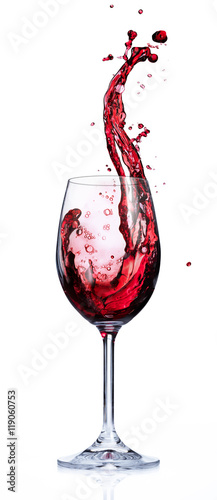 wino-czerwone-rozpryskujace-do-gory-kieliszek-wina-na-bialym-tle