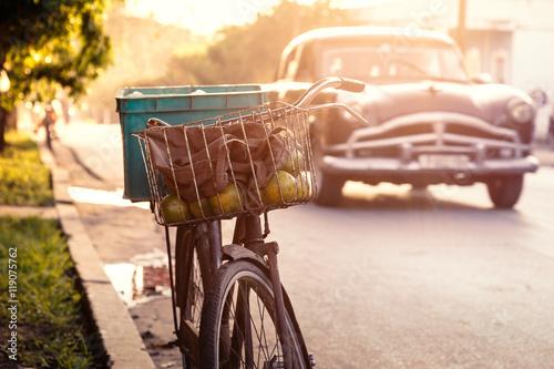 Plakat  Fahrrad auf Kuba bei Sonnenuntergang