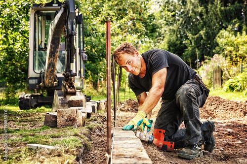 Poster de jardin Brun profond Preparing the Paving: Placing the Edging