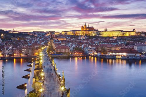Plakat zachód słońca nad Mostem Karola i Zamkiem na Hradczanach, Republika Czeska