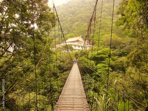 Fotografía  台湾東部・タロコ渓谷の吊り橋と寺院