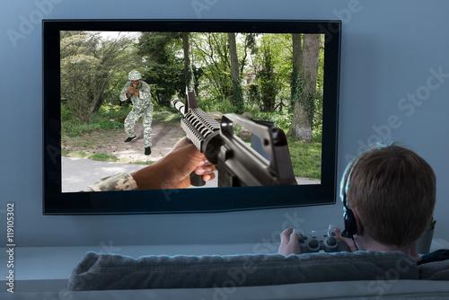 Zdjęcie XXL Chłopiec Gra Akcji W Telewizji