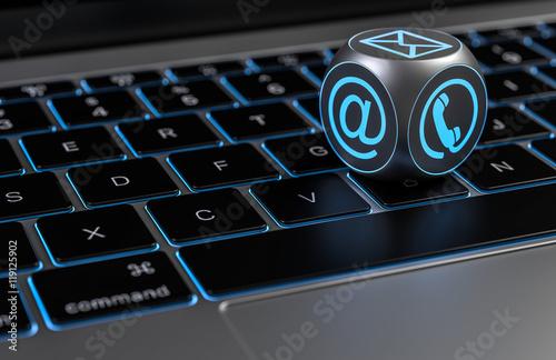 Fotografía  Kontakt - Würfel aufeiner Tastatur