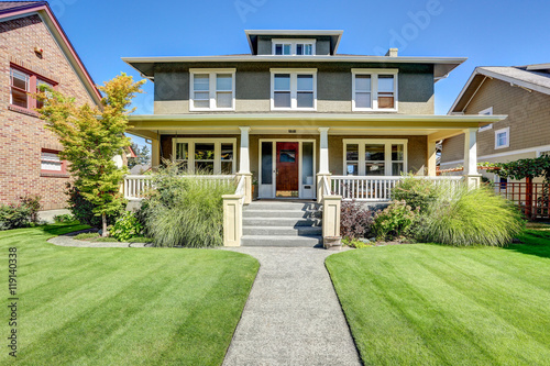 Photo  Nice curb appeal of American craftsman style house.