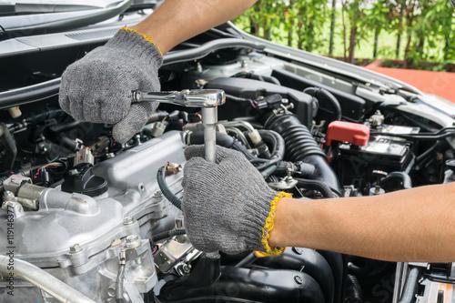 Zdjęcie XXL Ręki samochodowy mechanik w auto remontowej usługa.