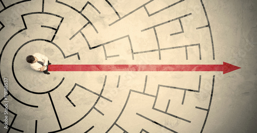 Photo Business person standing in the middle of a circular maze