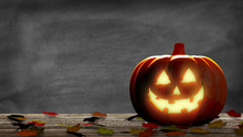 Lanterne Dans Une Citrouille D'Halloween Avec Des Feuilles Mortes Sur Une Table En Bois Et Un Tableau Noir. Rendu 3D