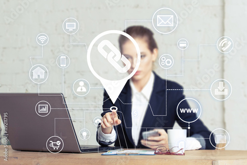 Fotografia  Business woman push button Link icon network