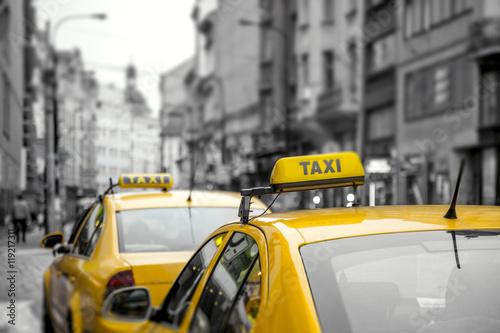 zolte-samochody-taxi-na-ulicy
