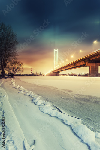 Foto-Kuscheldecke premium - South bridge in winter Kiev city. Ukraine. (von beerlogoff)