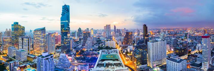 Grad Panorama u Bangkoku na zalasku sunca u području poslovne četvrti