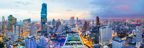 Photo Panorama bangkok city at sunset in the business district area