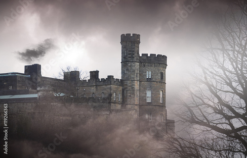 Zdjęcie XXL Wielki stary kamienny zamek na skale - straszne zdjęcie