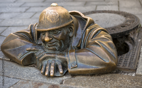 Foto auf Leinwand Historische denkmal Bronze sculpture called Cumil (The Watcher) or Man at work, Bratislava, Slovakia.