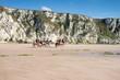 groupe de cavalières su pied des falaises