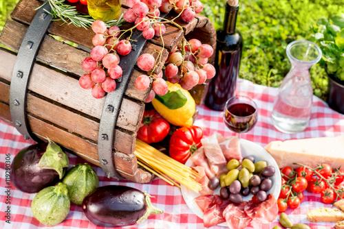 smaczne-wloskie-jedzenie-na-rozowym-obrusie-i-drewniana-beczka