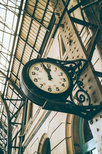 Fotografía  Vintage clock at railway station
