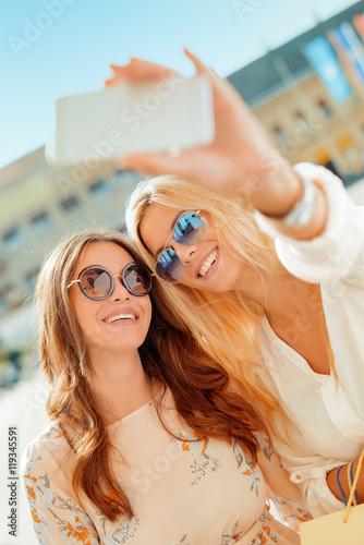 Poster Attraction parc Friends making selfie