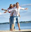 glück und entspannt am See, junge Familie genießt den Sommer