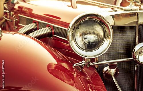 Obraz Stary klasyczny detal z przodu samochodu, przednia lampka oldtimerowa - fototapety do salonu