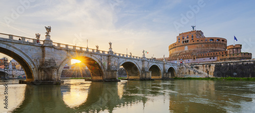 Photo  Holy Angel Bridge over the Tiber River in Rome at sunset.