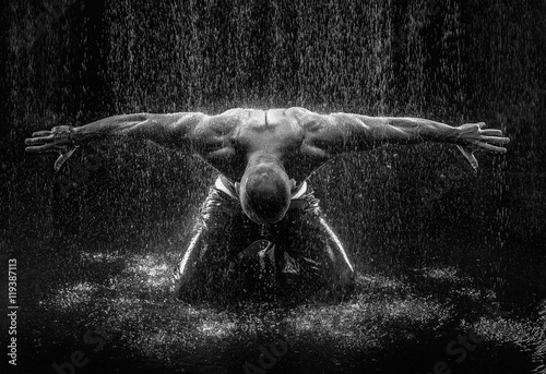 Obraz very muscular handsome athletic man in the rain - fototapety do salonu