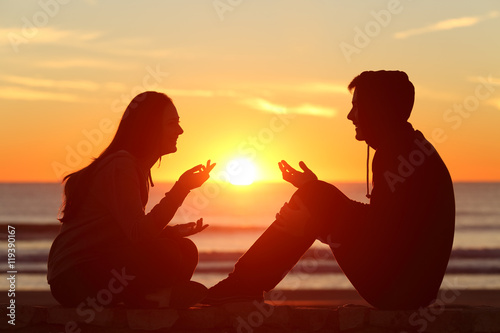 Fotografía Friends or couple of teens talking at sunset
