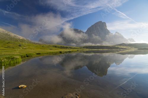 Plakat Halny jezioro w dolomitach, Włochy przy rankiem