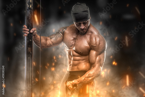 Angry athlete trains in the gym Fototapet