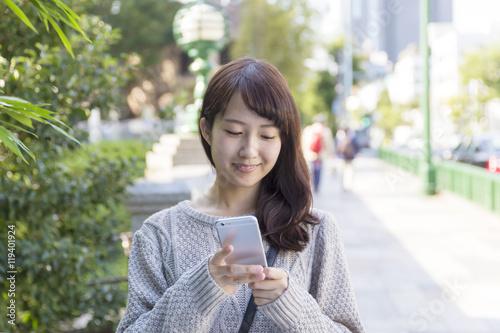 若い女性 スマホ 笑顔 渋谷区 代官山 旧山手通り