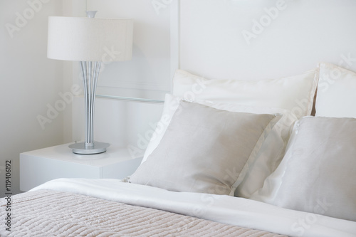 Fotografía  Light gray pillow setting on bed in nice vibe bedroom modern interior style