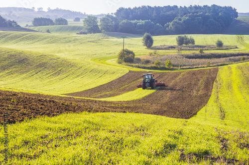 Plakat Traktor rolniczy podczas prac polowych na polu