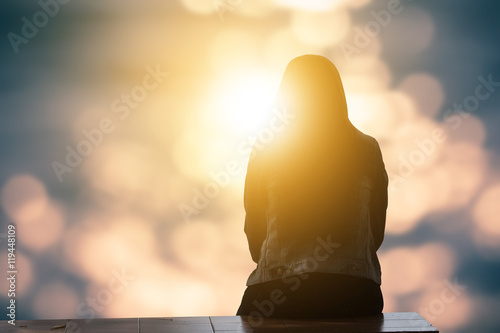Photo  Lonely woman sitting alone moments sunset