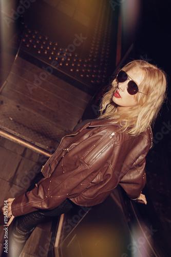 Fotografía jeune femme blonde habillé mode style années 1980 dans le métro