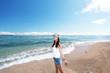 南国沖縄の美しいビーチで寛ぐ女性