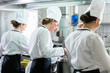 Team von Köchinnen bei der Arbeit in einer Kantine