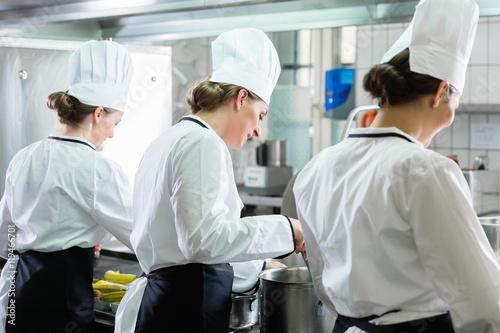 Fotografie, Obraz  Team von Köchinnen bei der Arbeit in einer Kantine