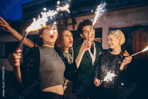 Photo  Young people enjoying new years eve with fireworks